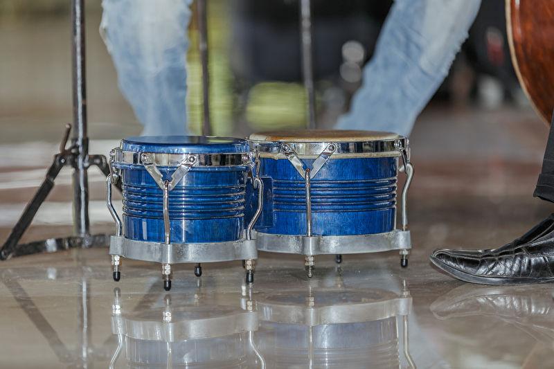 Das Bild zeigt blaue Profi Bongos auf glänzendem Boden.
